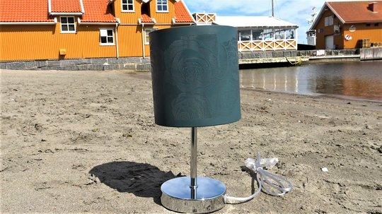 HAVGUD: Denne lampeskjermen var i sølv slik som søylen, men fikk en ny, silkematt havfarge. Foto: Anna Leikanger Voje/ifi.no