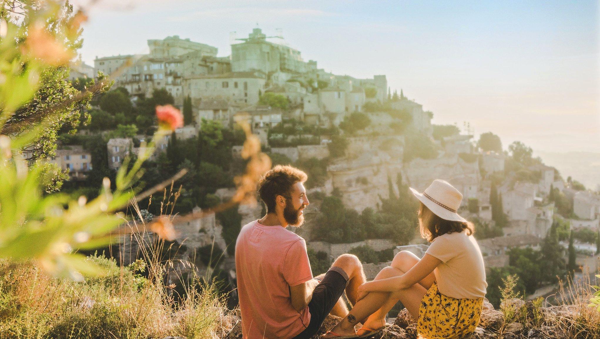 Mann og dame på fjellskrent i utlandet