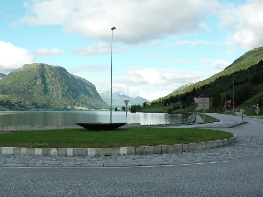 Foto av rundkøyringa på Eid. Vi ser vegen mot Førde og Jølstravatnet i bakgrunnen.