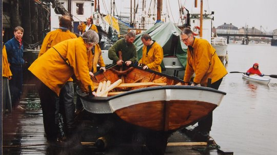 """Båten """"Fløtmann I"""" ble gitt som en jubileumsgave fra E.A. Smith til Trondheims befolkning i 1997."""