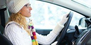 Nainen ajaa autoa