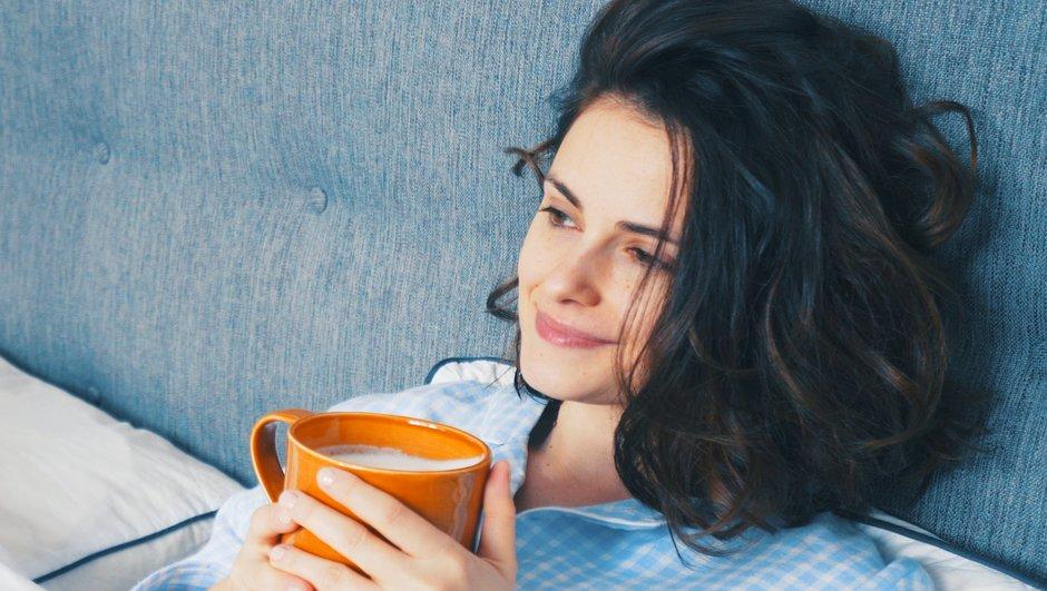 Njuter av en kopp kaffe