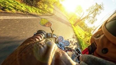 Ajonäkymä moottoripyörän kyydistä