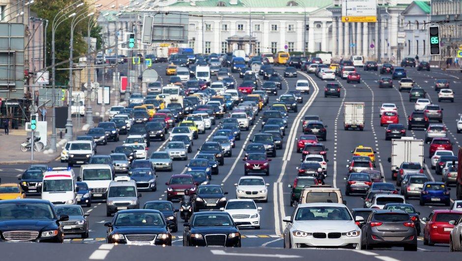 Autoja monella kaistalla Moskovassa