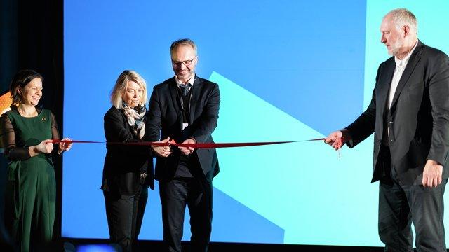 Ordfører Jørgen Vik og kommunal- og moderniseringsminister Monica Mæland klipper snora for 5G-utbyggingen på Lillestrøm næringskonferanse. Flankert av næringssjef Maria Hoff og adm. direktør i Telia Norge, Stein-Erik Vellan.