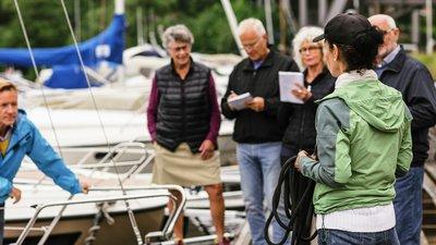 Veneen omistaja neuvoo veneen vuokraajia
