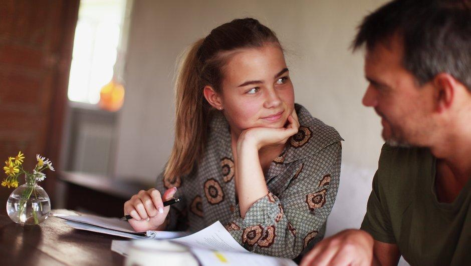 Pappa hjälper dotter med skolarbete