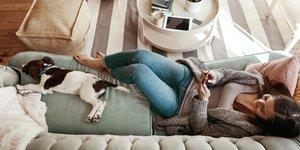 kvinna och hund i soffa
