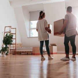 Två personer i lägenhet