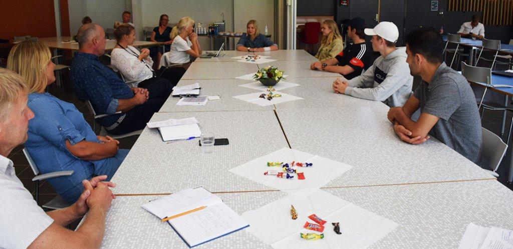 foto av kunnskapsminister Guri Melby saman elevar og tilsette ved Sogndal vgs.