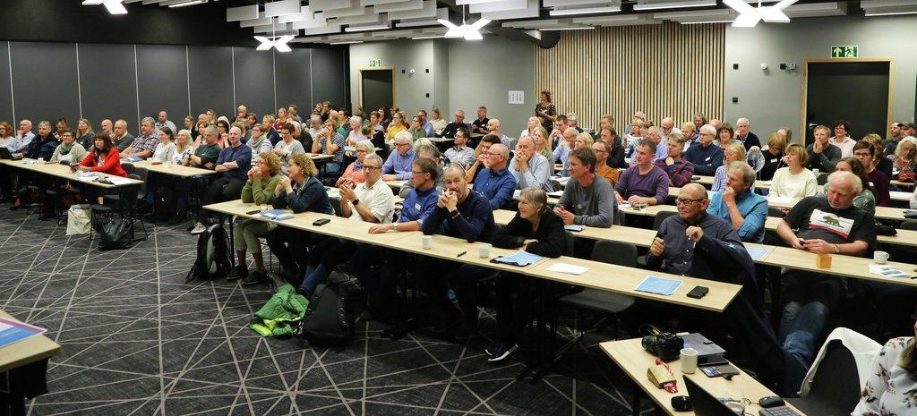 Foto av dei kring 150 deltakarane på konferansen Klimaklokt vestlandslandbruk i Sogndal.