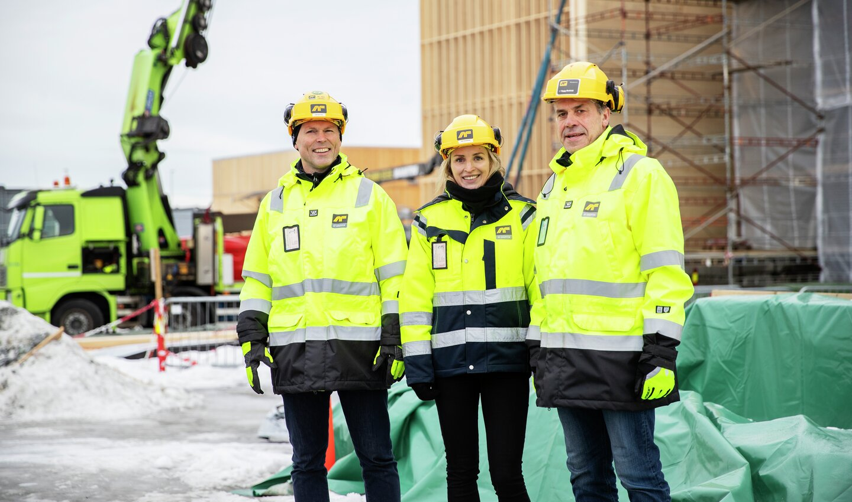 Åse sammen med kollegaer under oppføring av Kaffehuset.  Fra venstre: Kim Fjelstad, Åse Haagensen og Bjørn Moberg