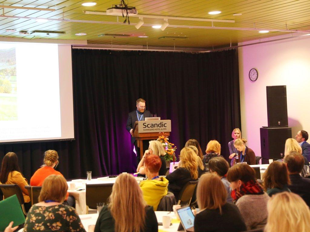 """Bilete frå språkkonferansen i Førde 1. novembere 2018, """"Treng vi norsk?"""" Per Magnus Finnanger Sandsmark på talarstolen."""
