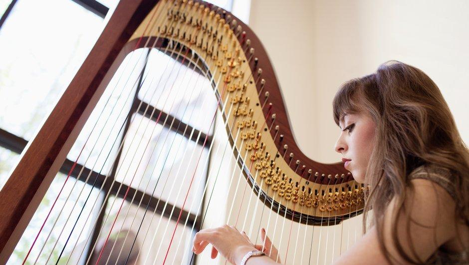 Spelar harpa