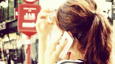 Kvinna talar i mobiltelefon