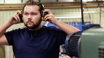 Man med hörselskydd