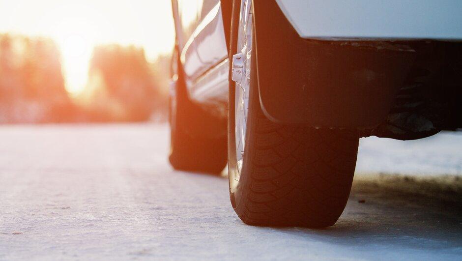 vinterdäck på isig väg