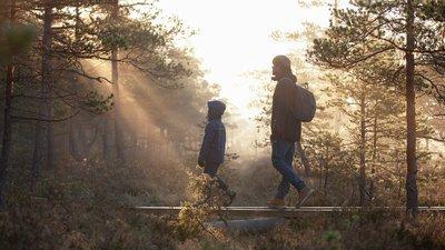 Mann og gutt på tur i skogen