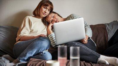Ett par ser tillsammans på en datorskärm