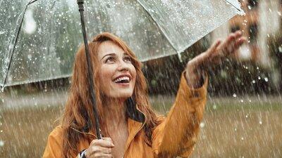 Kvinna under paraplyet