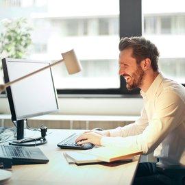 man framför skrivbord
