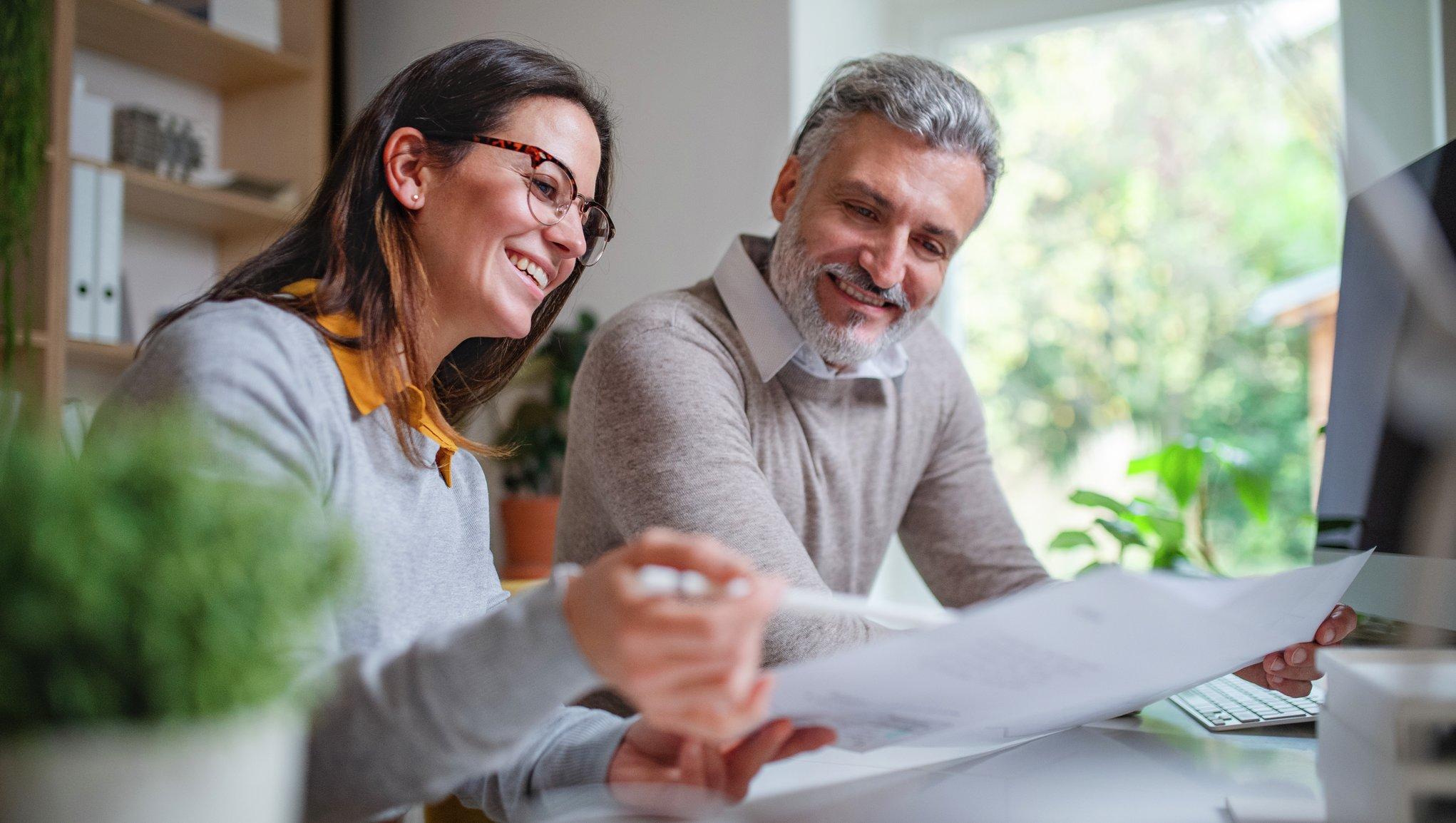 Nainen ja mies tarkastelevat vakuutuksia