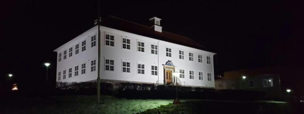 Gamle gymnasbygget ved Firda vgs lyssett fasade
