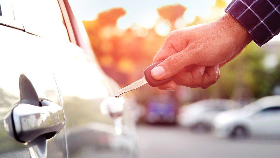 Miehen käsi avamaassa auton lukkoa