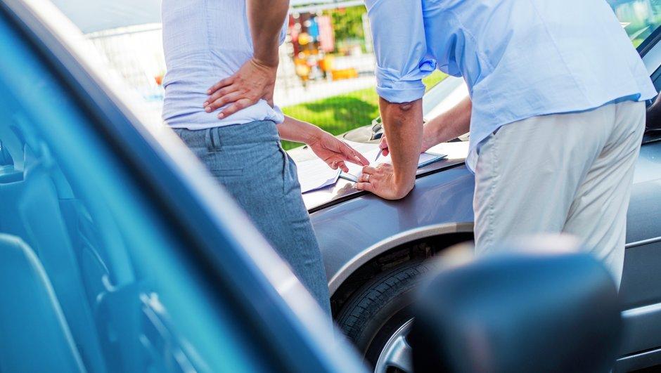 Myyjä ja osta täyttävät yhdessä auton kauppakirjaa