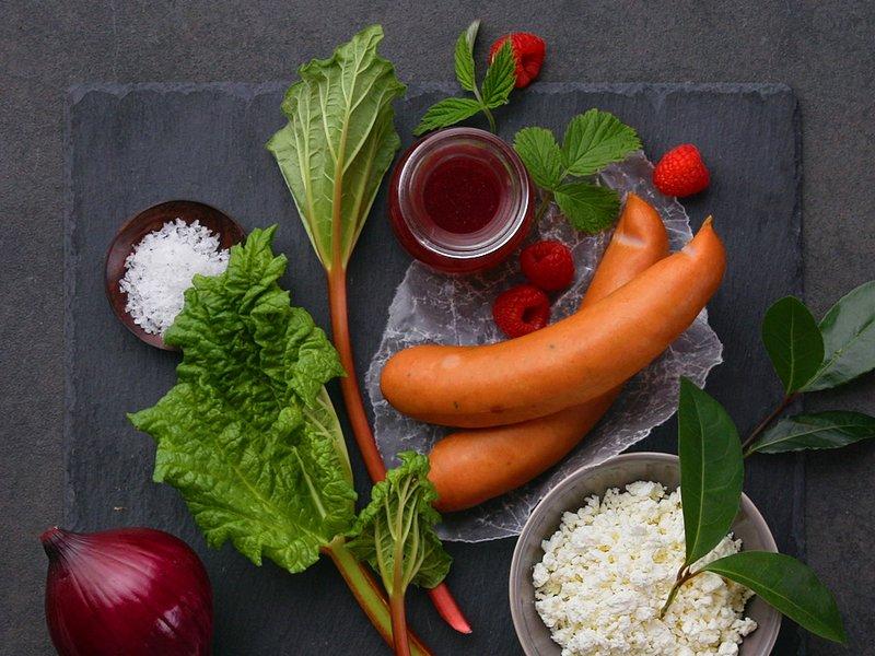 Ingredienser til å lage vafler med  syltet edel-løk og rabarbra med chilipølser