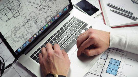 Arkitekttegninger på laptop