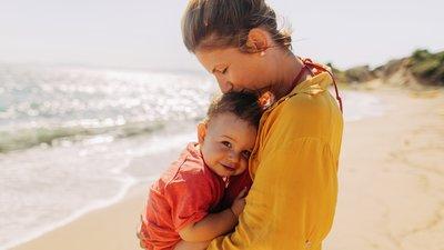 mamma och barn på stranden