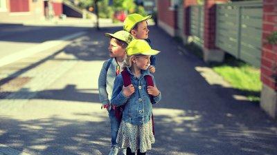 Lapsia keltaiset lippikset päässä