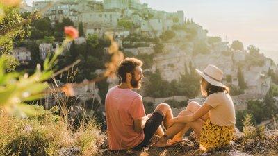 Mann og kvinner på reise