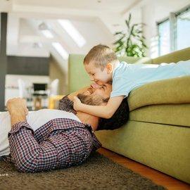 Barn och pappa leker