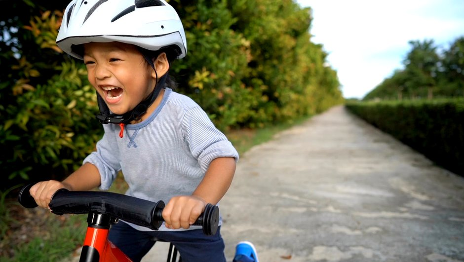 Liten kille på cykel