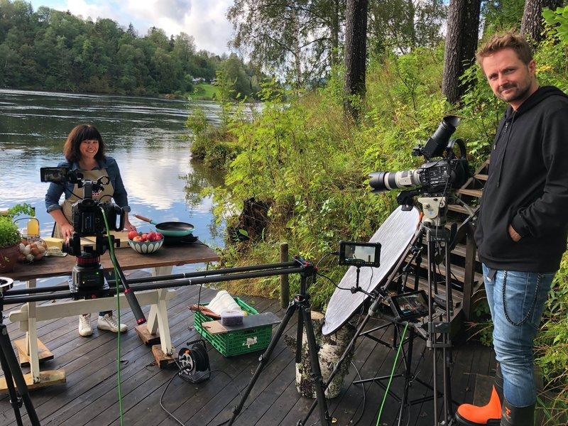 Fra innspilling av Smakslandet: Her er regissør Thomas Mortveit og Oda Christensen som viser deg hvordan du kan lage nydelig mat av lokalmat
