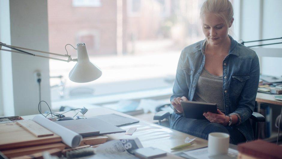 Kvinde læser på en tablet