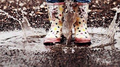 hoppar i vattenpöl