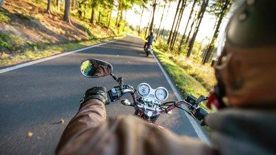 Näkymä liikkuvasta moottoripyörästä