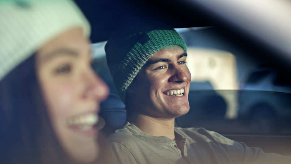 Ung man och kvinna i bil