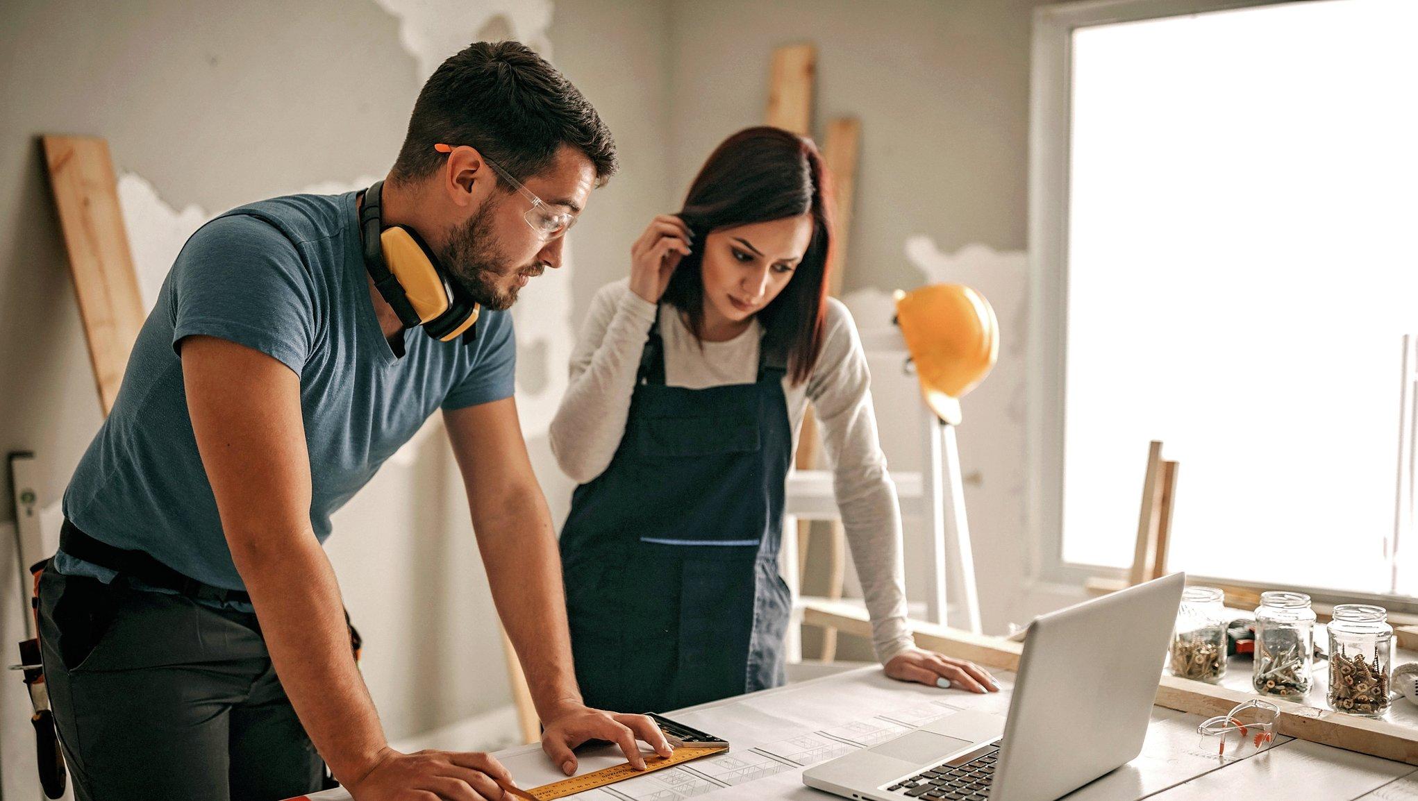 man och kvinna bygger om hemma