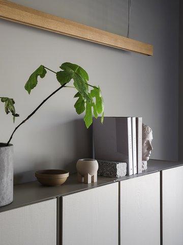 Skapene fra IKEA er malt i fargen LADY Supreme Finish 1288 Granskygge, og kombinert sammen med LADY Pure Color 10679 Washed Linen på veggen,  som fremhever objektene på en vakker måte.