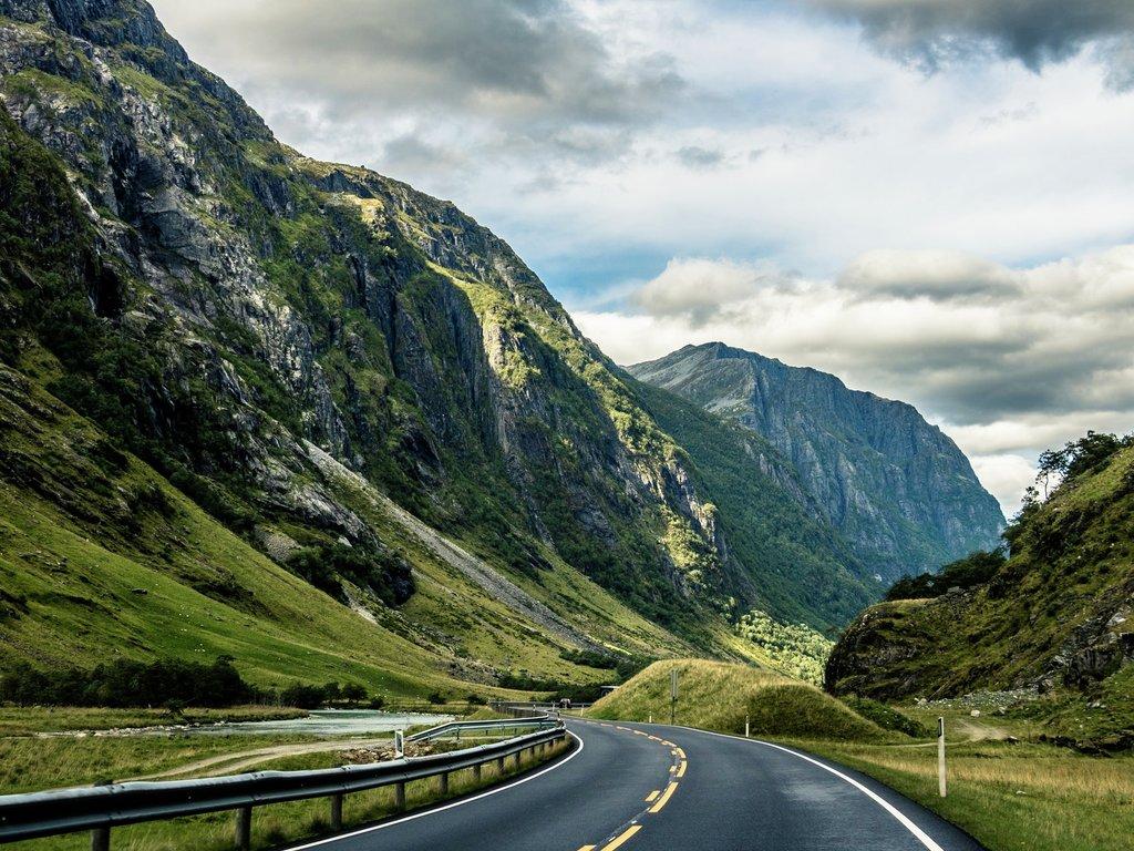 Illustrasjonsfoto med veg og fjell