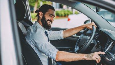 Mies testaa käytettyä autoa
