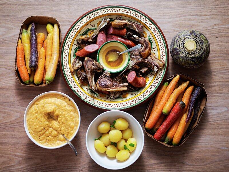 Tilbehøret er halve nytelsen: Kålrot, gode poteter og gjerne Valborgs regnbuegulrøtter i flotte farger. Foto: Benjamin Ward