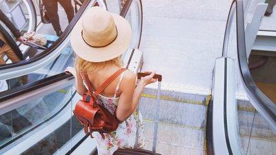 tjej med resväska