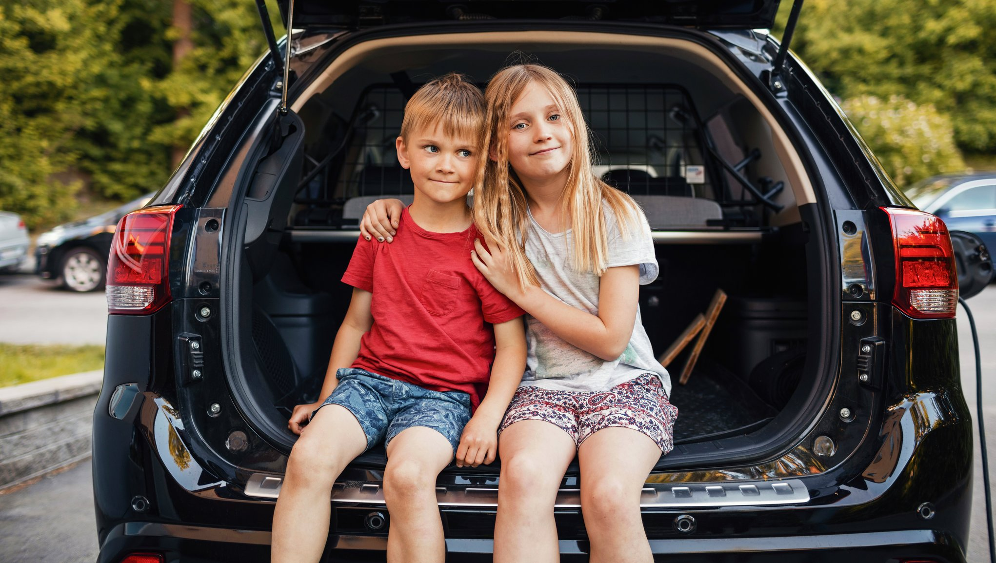 Barn i bilens baklucka