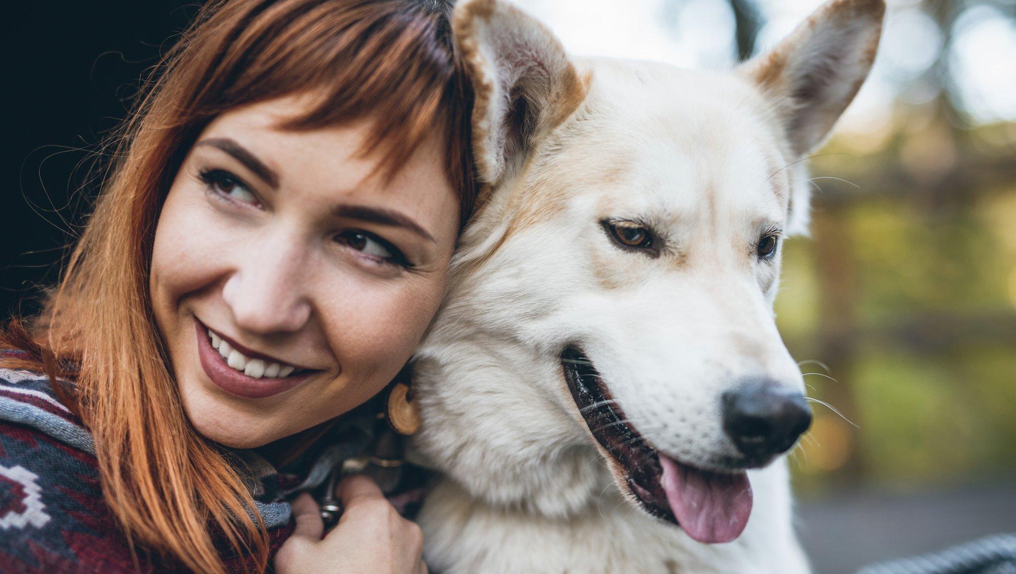 Kvinna med vit hund