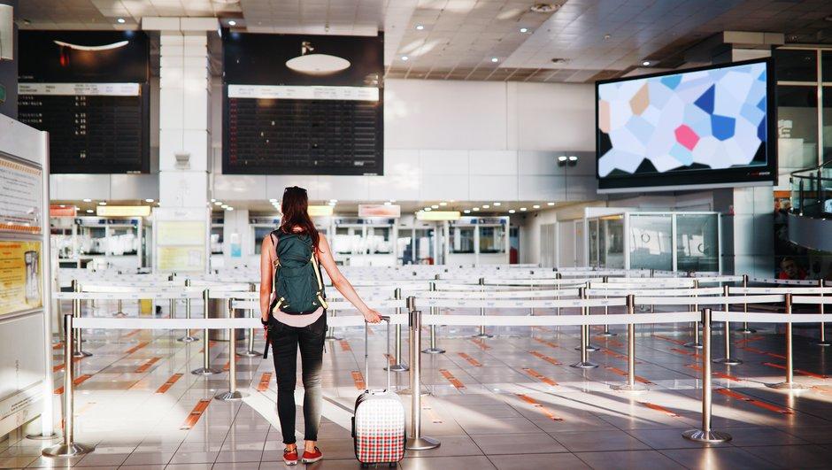 Dame med koffert på flyplass